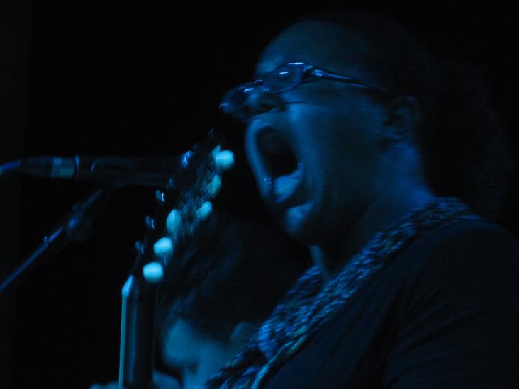 Brittany en uno de los momentos de la actuación en la Sala El Sol.